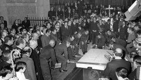 Llegada de los restos mortales de Franco, desde el Palacio Real al Valle de los Caidos para ser enterrado.