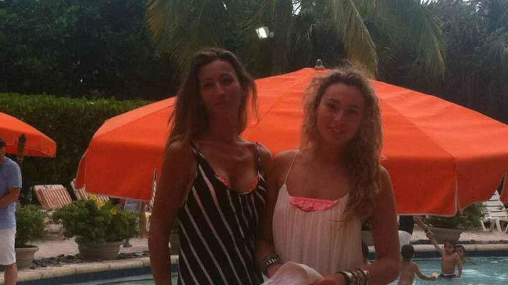 Mónica con su hija Kika, que vive en Miami y se dedica a la música.