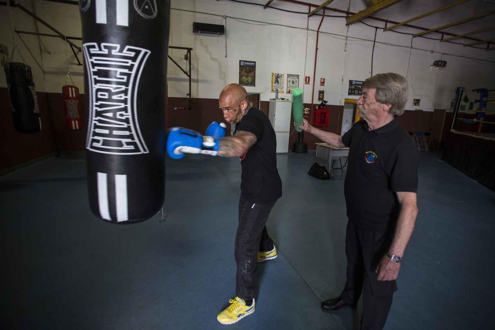 Álvaro Ortega entrenando su faceta de boxeador junto a Antonio El Bigotes.