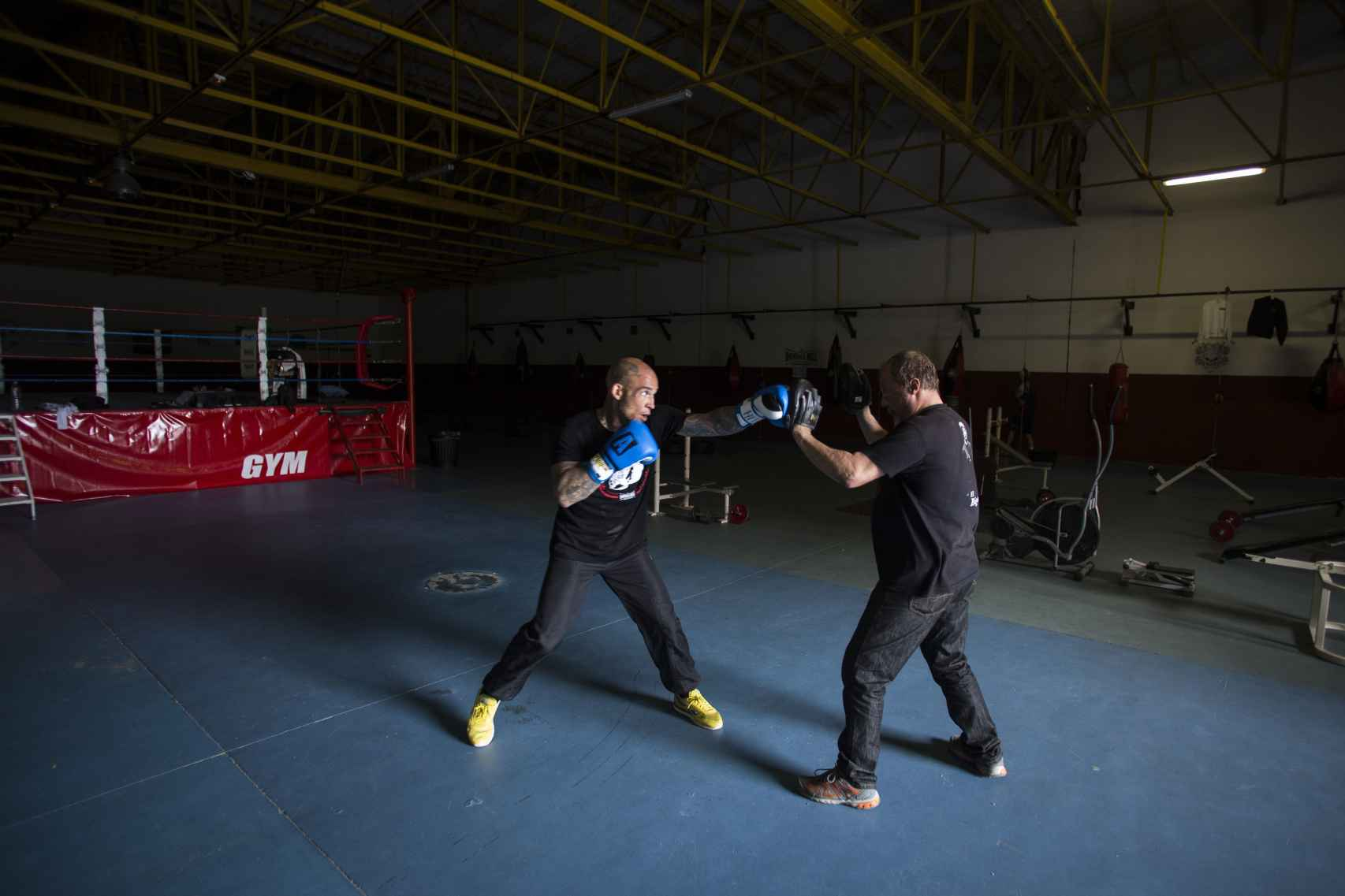 Doming, uno de los hijos de Antonio El Bigotes entrenando como boxeador a Álvaro Ortega.