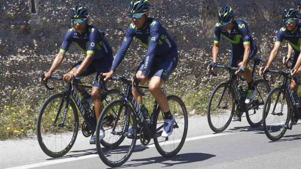 Nairo Quintana, junto a su equipo.