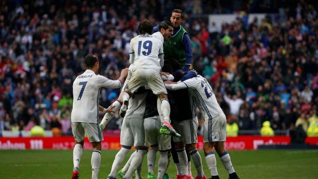 Los jugadores del Real Madrid celebran el gol de Marcelo ante el Valencia.