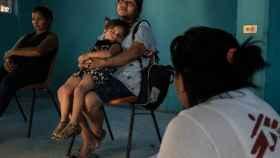 Una mujer descansa con su nieta  en un refugio de migrantes de Tenosique.