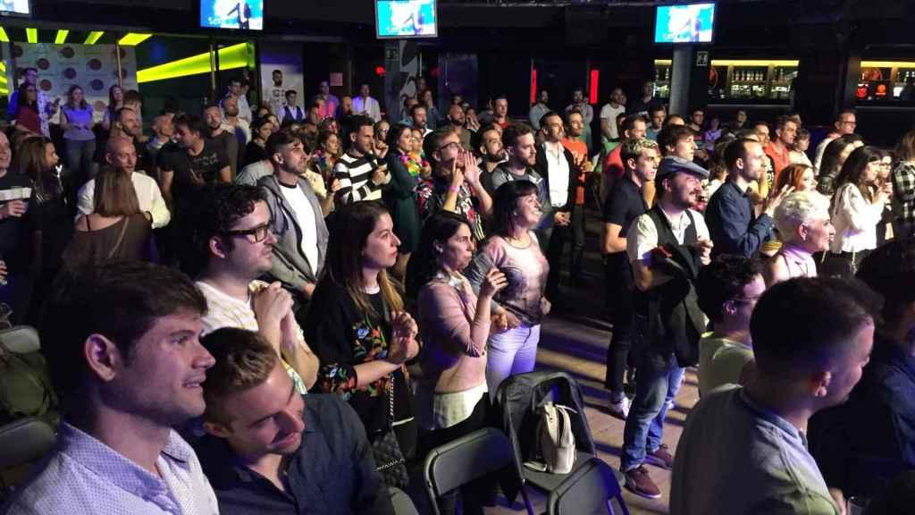 Decenas de fans viven la gala en directo.