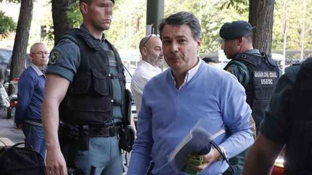 Ignacio González durante uno de los registros tras su detención.