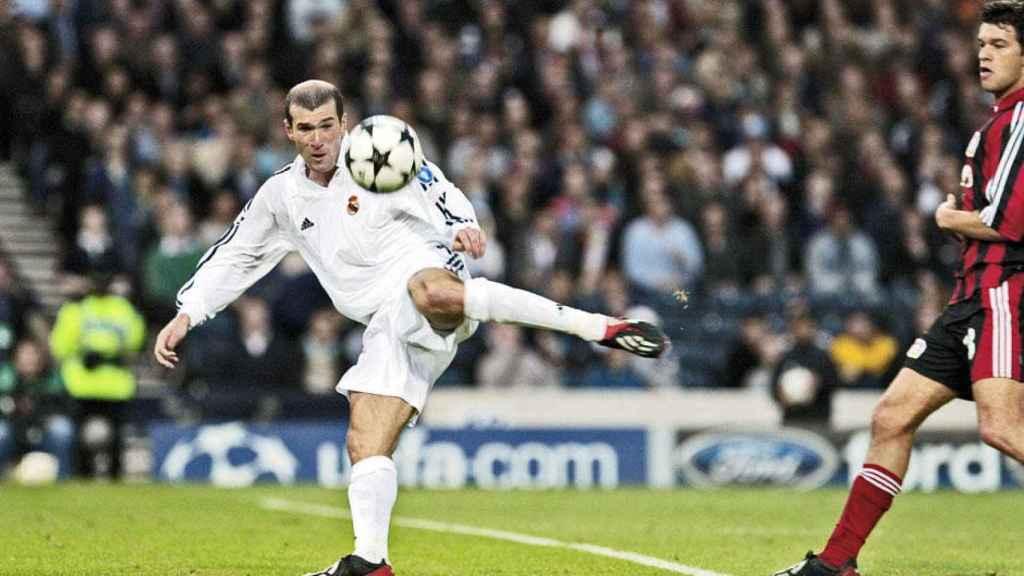 Zidane, en el momento de rematar el balón en la final de la Champions 2002.