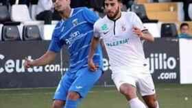 Abdelah, vestido de blanco, pelea una pelota con el rival.