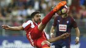 Carlos Carmona golpea el balón.