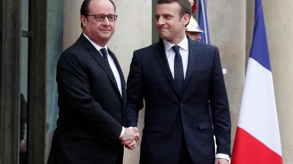 Hollande recibe a Macron en las escaleras del Elíseo.