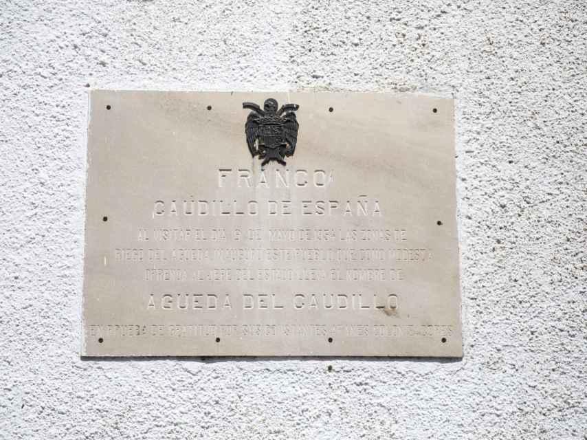 Todavía una placa conmemora en el pueblo el día en el que el dictador lo inauguró.