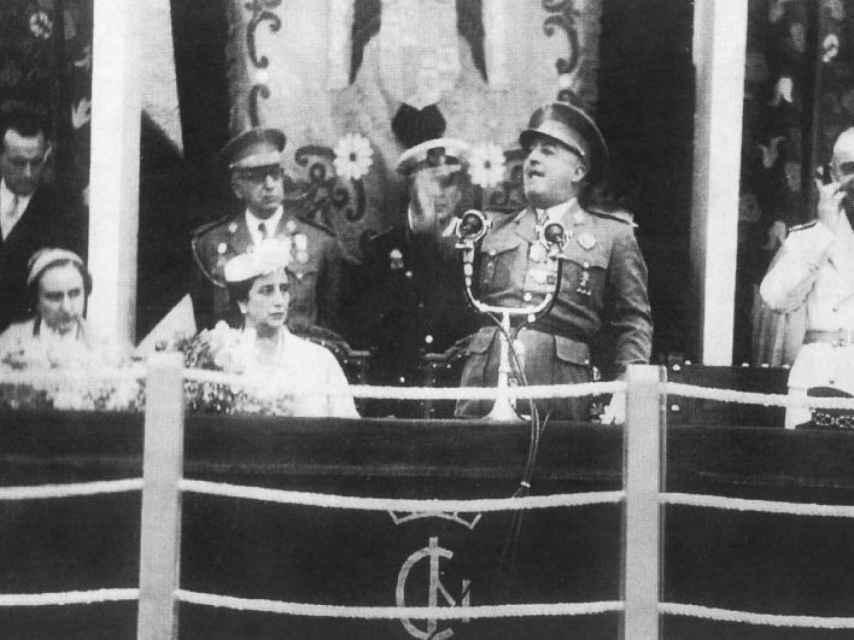 El domingo 9 de mayo de 1954, Franco se subió al balcón del ayuntamiento de Águeda del Caudillo para pronunciar su discurso de inauguración. Así fundaba pueblos su dictador, acompañado de su esposa y de su séquito de adláteres del Movimiento. Esta foto corresponde a ese día.