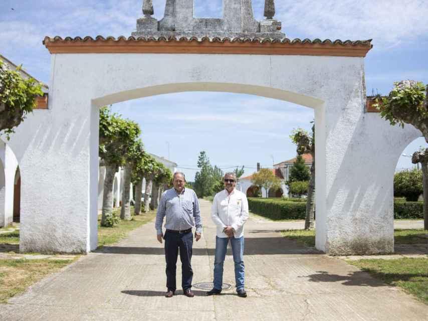 Los vecinos del pueblo apoyan y reivindican su derecho de tener a Franco enterrado en sus terrenos. Quieren rendirle homenaje.