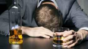 Un hombre con problemas con el alcohol.
