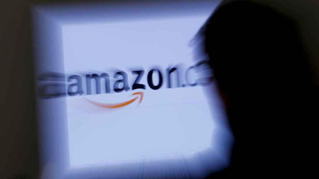 Un hombre observa el logo de Amazon en Viena.
