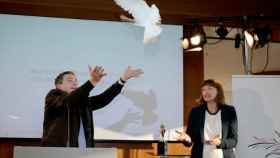 Momento de la entrega del falso premio de la paz a ThyssenKrupp