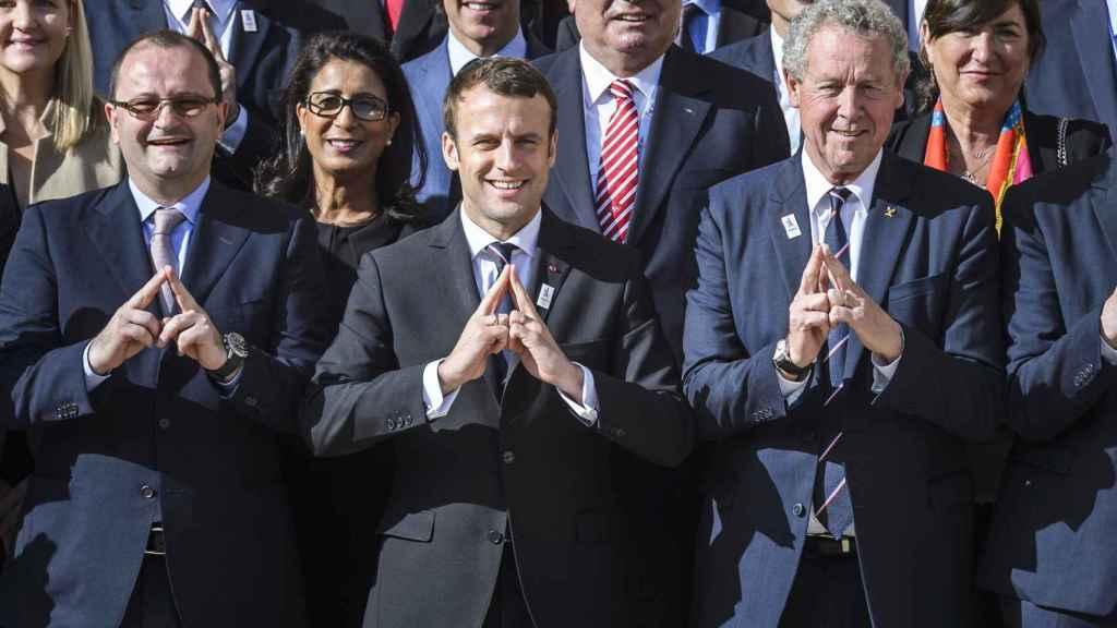 Macron, en el centro, en la bienvenida a la comisión del COI.