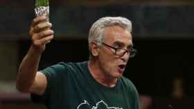 Cañamero levanta el manojo de espárragos en el estrado del Congreso.