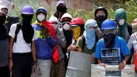 Simpatizantes de la oposición bloquean una calle de Caracas.
