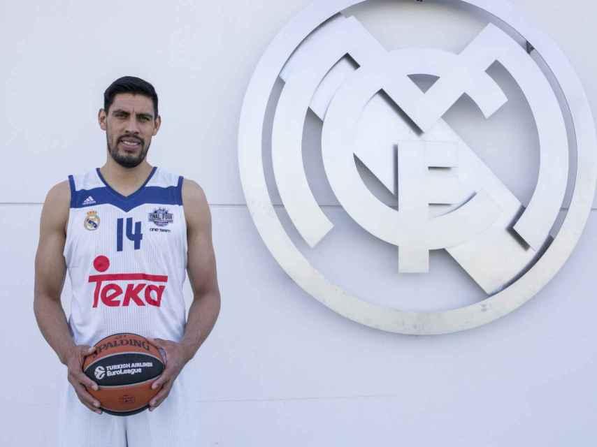 Ayón posa junto al escudo del Real Madrid.