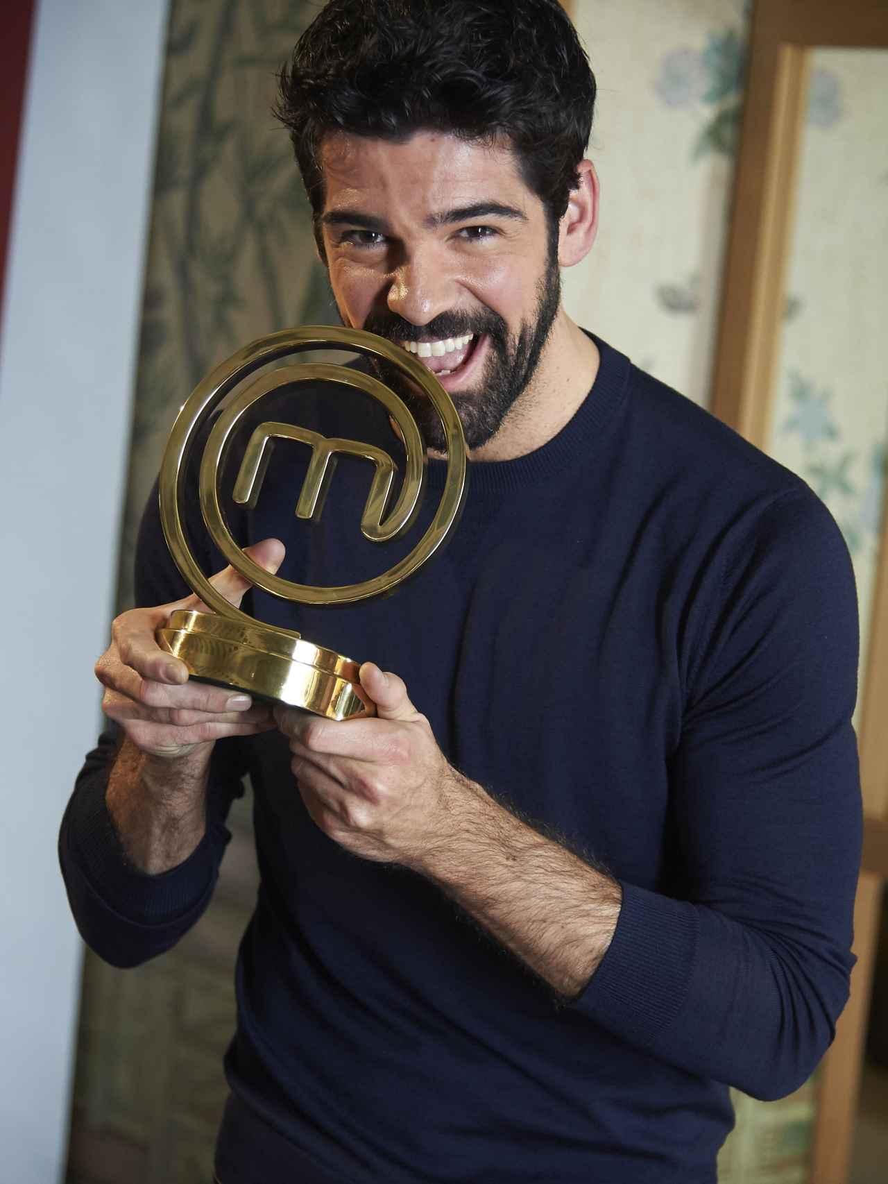 Miguel Ángel Muñoz con el premio de MasterChef.