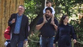 Ruiz-Gallardón, su hijo, su nuera y su nieto, en el zoo.