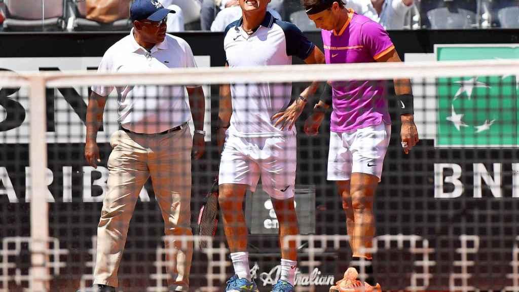 Nadal, ayudando a Almagro tras la lesión en su rodilla izquierda.