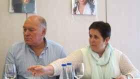 El padre adoptivo de Maloma, junto con una familiar. Al fondo, fotos de la joven saharaui.