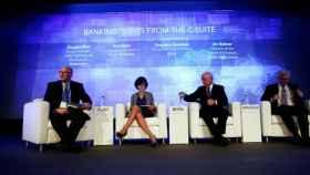 En el centro, Ana Botín y Francisco González, presidentes del Banco Santander y del BBVA.