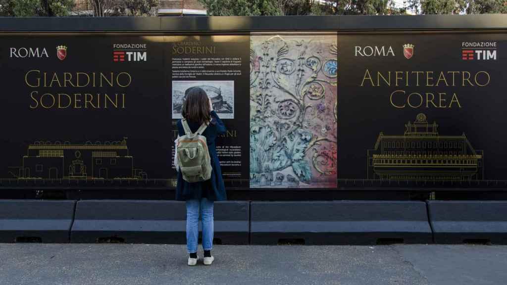 Una chica mira las obras del Mausoleo.