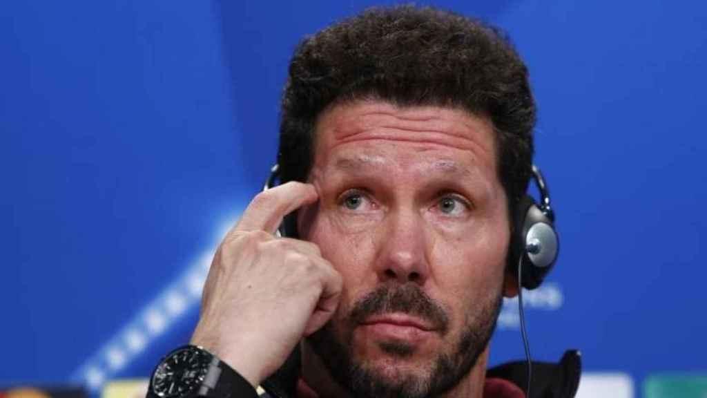 Simeone, escuchando la traducción durante una rueda de prensa de Champions.