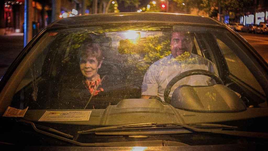 El padre David y Santas, en el coche.