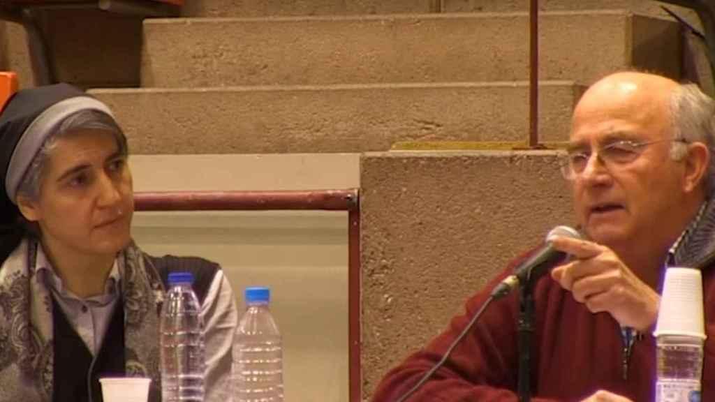 Teresa Forcades y Josep Pàmies pertenecen al grupo Dolça Revolució, que defiende la idea junto con otros curanderos y homeópatas de que se ha de curar el cáncer con hierbas (como el kalanchoe) o el MMS, una lejía industrial utilizada como blanqueante y cuya venta como fármaco está prohibida en España.