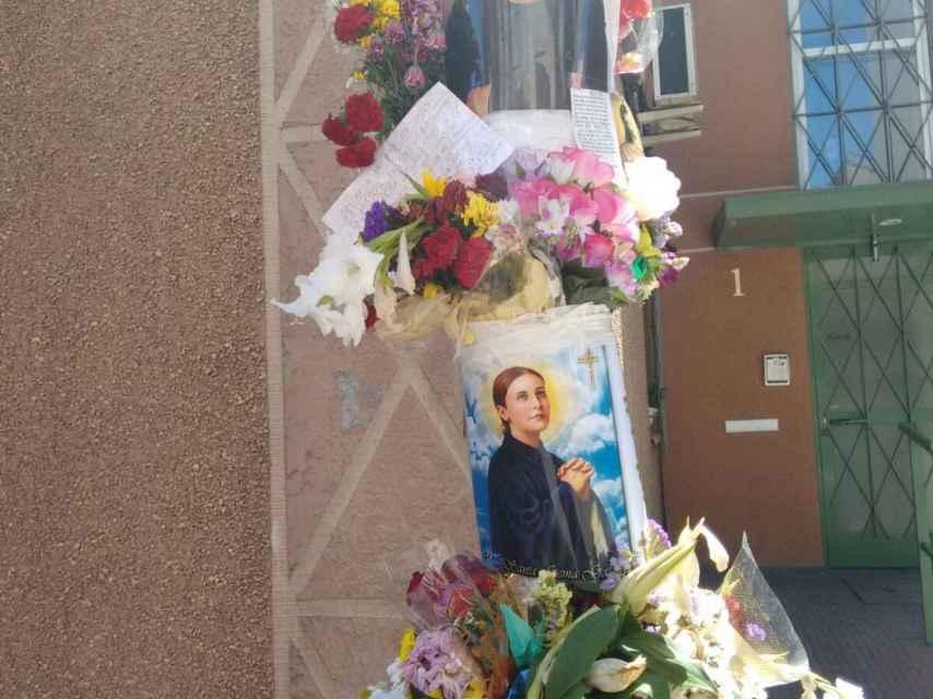 Flores e imágenes religiosas inundan el lugar en el que asesinaron a Sáez.