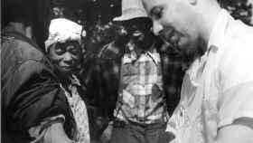 Un médico saca sangre a uno de los participantes del experimento de Tuskegee.