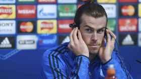 Bale, en rueda de prensa, escucha la traducción.