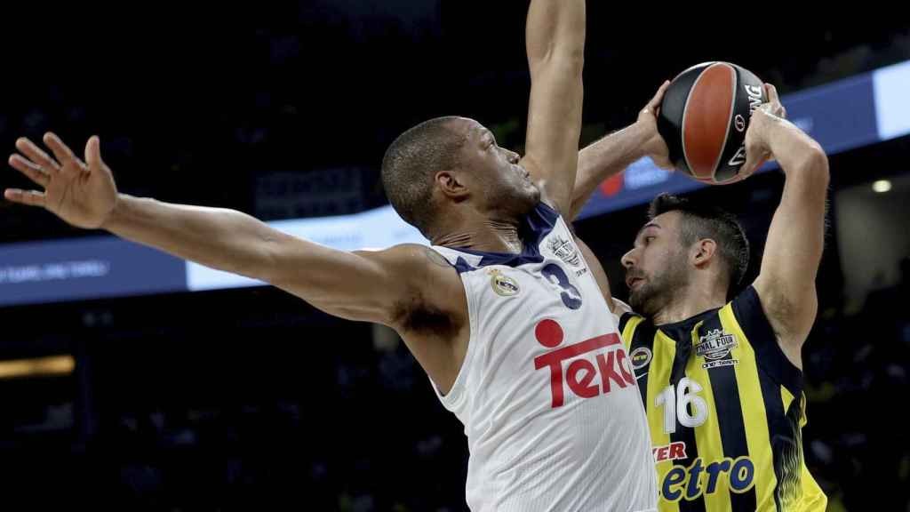 Anthony Randolph intenta parar a Kostas Sloukas.