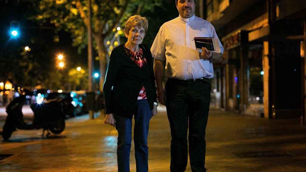 El padre David López y la feligresa Santas estuvieron de guardia el miércoles por la noche para atender una extremaunción de urgencia.