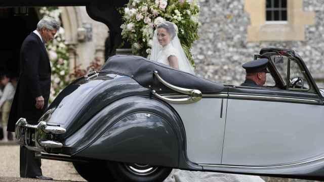 La novia llega en un coche clásico.