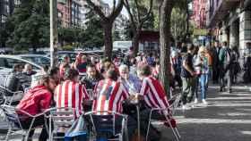 Los aficionados rojiblancos beben antes de entrar al Calderón.