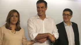 Susana Díaz y Patxi López flanquean a un sonriente Pedro Sánchez.