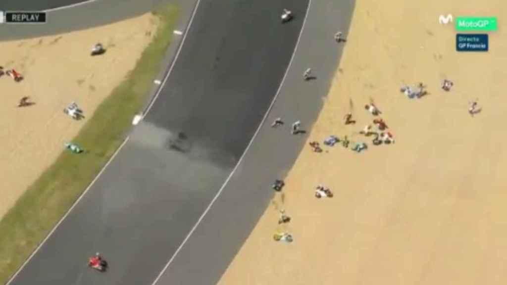 Imagen de la caída de los pilotos de Moto3 en Le Mans.