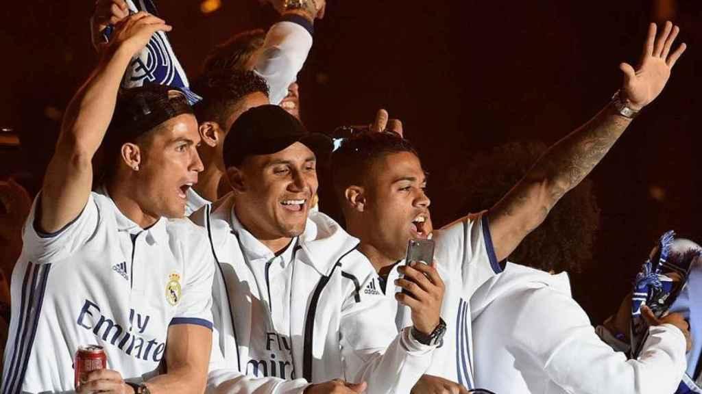 Cristiano, Keylor y Mariano celebran el título de Liga.