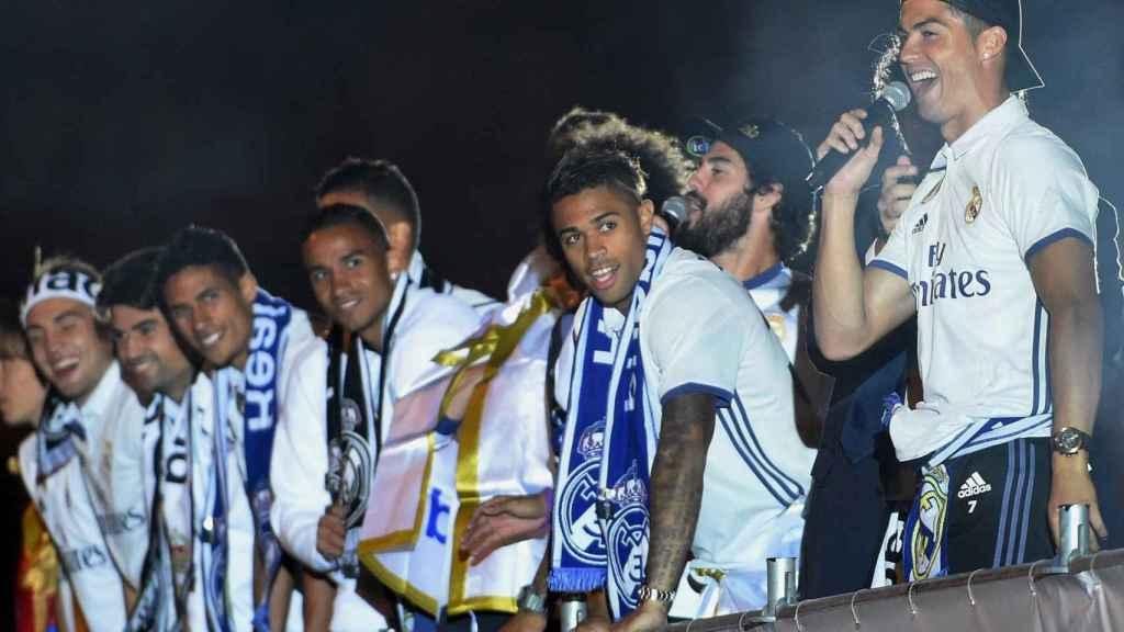 Cristiano habla para los aficionados madridistas en Cibeles mientras el resto de jugadores escuchan.