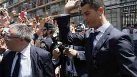 Cristiano Ronaldo saluda en la Puerta del Sol.