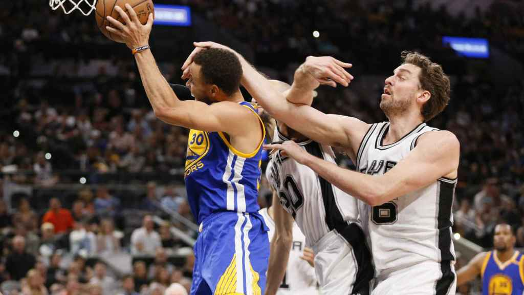 Gasol intenta detener el ataque de los Warriors
