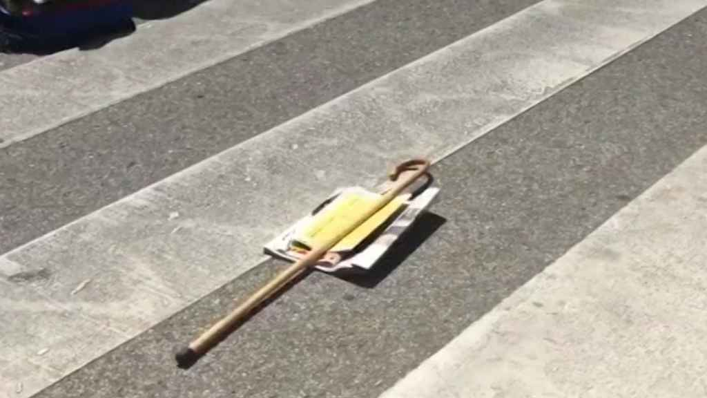 El bastón y el periódico de Ramón, que acabó muerto delante de su casa