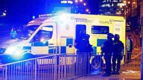 Agentes de policía junto a una ambulancia en el Manchester Arena.