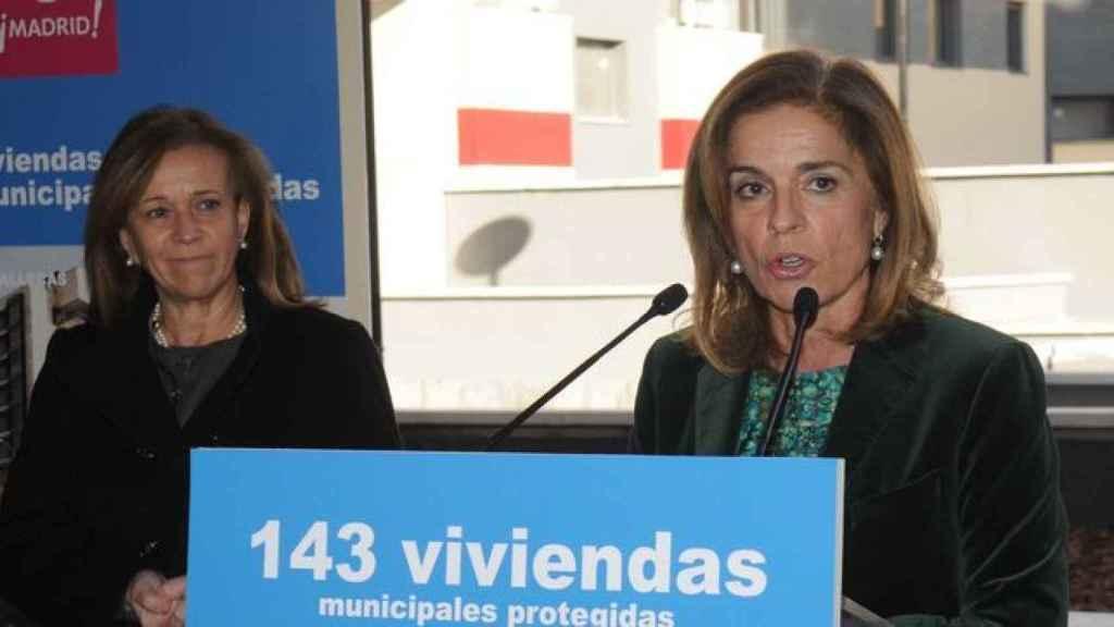 Ana Botella atiende a los medios de comunicación durante su etapa como alcaldesa.