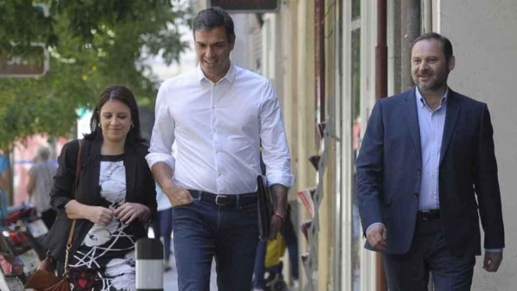 José Luis Ábalos, junto a Adriana Lastra y Pedro Sánchez este miércoles en Ferraz.