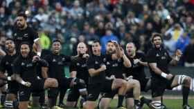 La selección de rugby de Nueva Zelanda en plena haka en un partido.